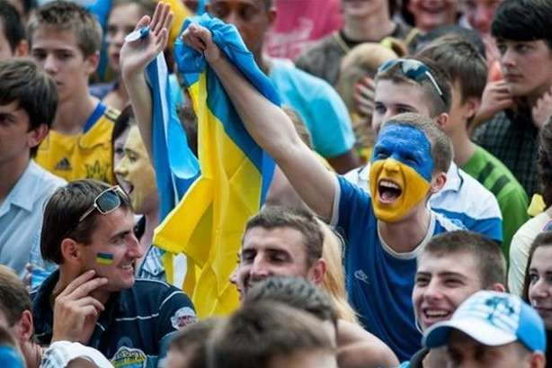 Перед <span>матчем &laquo;Євро-2020&raquo; між національними збірними командами України та Португалії відбудеться м</span>арш українських вболівальників&nbsp; — Через футбольних фанатів у Києві зупиниться рух тролейбусів і автобусів»></div> <p>Перед <span>матчем «Євро-2020» між національними збірними командами України та Португалії відбудеться м</span>арш українських вболівальників</p> <p>Фото: РБК-Україна</p> </p></div> <p>У понеділок, 14 жовтня, столичний наземний пасажирський транспорт змінить роботу у зв'язку із футбольним матчем між національними збірними командами України та Португалії.</p> <p>Як<a href=