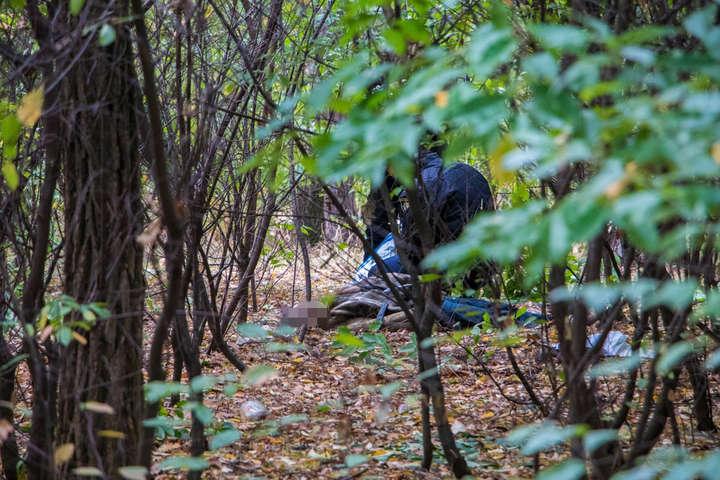 Тіло лежало в густих кущах парку — Страшна знахідка: у парку в Києві виявили труп дівчини (фото, відео)