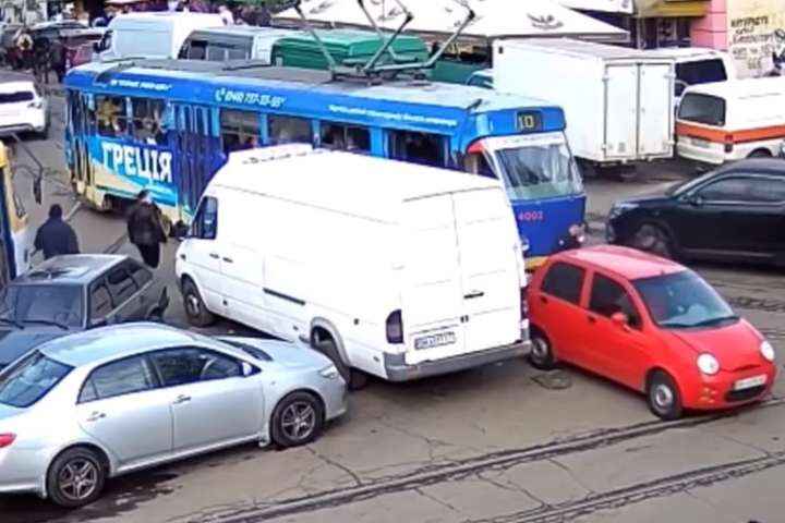 Одеситка так заблокувала трамваї, що автівку треба було переносити сім разів