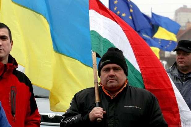 Закарпатські угорці прохатимуть Київ створити <span>&laquo;</span>угорський<span>&raquo;</span> район з центром у Берегові — Закарпатські угорці вимагають створити угорський анклав»></div> <p>Закарпатські угорці прохатимуть Київ створити <span>«</span>угорський<span>»</span> район з центром у Берегові</p> </p></div> <p>Закарпатські угорці звернуться до центральної влади з проханням щодо створення ОТГ з центром у Берегові, куди увійшли б населені пункти, де проживає переважно угорськомовне населення області.</p> <p>Про це заявив заступник голови Закарпатської облради Йосип Борто у інтерв'ю виданню KiSzo.</p> <p>На його думку плани Києва залишити з 13 районів Закарпаття лише чотири з центрами в Ужгороді, Мукачеві, Хусті та Тячеві є абсолютно неприпустимим для місцевих угорців.</p> <p><span>«</span>Для угорців це є абсолютно неприпустимим. З одного боку, у нас багато угорськомовних районів, які б просто зникли. З іншого боку, крім перелічених вище міст, Берегсас (Берегово) виконує всі вимоги, аби стати районним центром. Окрім цього, при здійсненні адміністративної реформи повинен враховуватися етнічний склад населення… Тому наші очікування можна обґрунтувати багатьма аргументами, відповідно ми плануємо підняти це питання на наступному засіданні обласної ради. Ми подамо петицію до Центрального законодавчого органу з проханням про створення (на Закарпатті) п'ятого, угорсько-централізованого округу<span>»</span>, — заявив Йосип Борто.</p> <p>Також тему децентралізації та створення окремого <span>«</span>угорського<span>»</span> округу днями обговорювали на конференції асоціації <span>«</span>Об'єднання прикордонних органів самоврядування Закарпаття<span>»</span> (голова — Золтан Бабяк), що відбулася у селі Яноші на Берегівщині.</p> <p>У зборах взяли участь близько 40 голів та секретарів сільрад, депутатів облради та інших організацій. Зокрема йшлося про те, що населені пункти, де проживає більшість угорців, мають об'єднатись у одну територіальну громаду (ОТГ).</p> <p>Нага