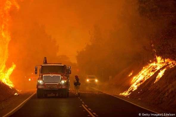Полум'я спалахнуло в ніч начетвер, 10 жовтня, і допів дня п'ятниці охопило близько 7500 акрів землі(понад 30 квадратних кілометрів) - Масштабні лісові пожежі у Каліфорнії, загинула людина