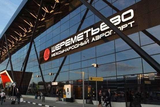 Співробітники служби безпеки аеропорту оперативно затримали чоловіка - У Москві розлючений пасажир розніс стійку реєстрації в аеропорту через запізнення на рейс