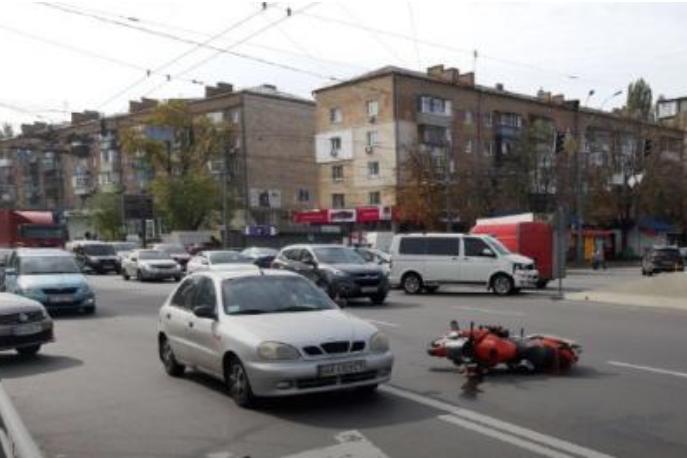 Водій автомобіля від коментарів відмовився, тож причина ДТП наразі невідома - У Києві на Дорогожичах мікроавтобус не розминувся з мотоциклом