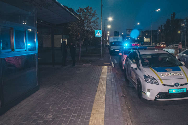 Правоохоронці розслідують обставини інциденту та встановлюють причини смерті жінки - У Києві жінка померла на автобусній зупинці