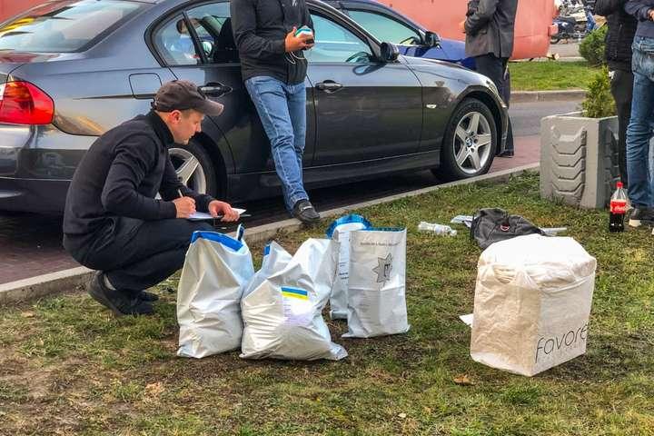 У Києві поліція затримала BMW з 20 кг наркотиків у салоні (фото, відео)