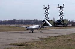 Фото: — Турецькі представники разом військовослужбовцями Повітряних Сил ЗС України перевіряють техніку на землі і в повітрі
