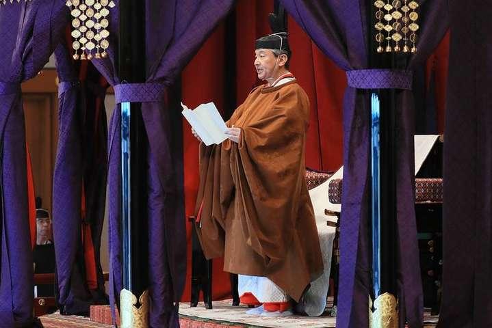 <span>Японський імператор Нарухіто виступив із промовою, проголосивши інтронізацію в Імператорському палаці в Токіо, Японія, 22 жовтня 2019 року</span> — У Японії імператор Нарухіто офіційно зійшов на трон