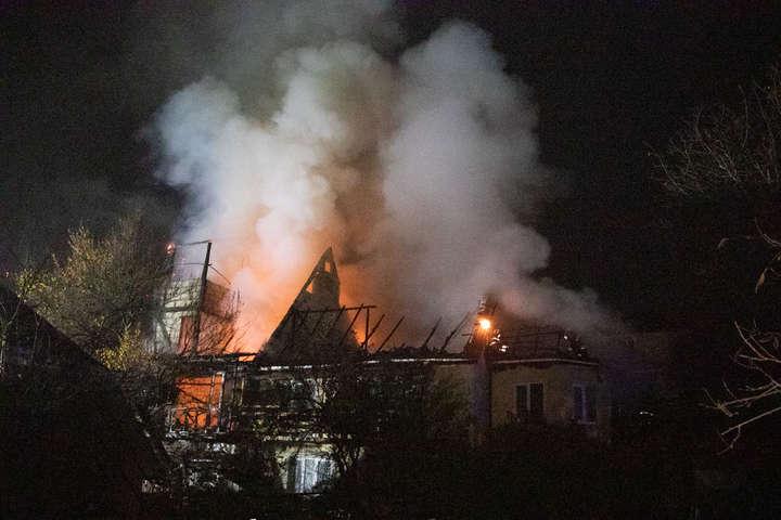 Вночі у Києві сталася масштабна пожежа: згорів особняк (фото, відео)
