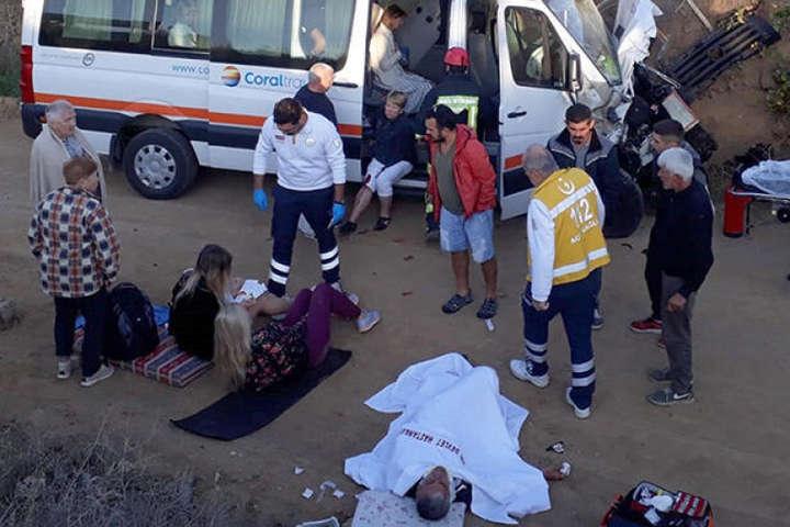 У Туреччині мікроавтобус з туристами потрапив у ДТП: постраждали 10 українців