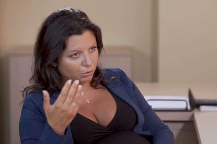 Симоньян перебила Собчак, заявивши, що вона обіцяла не ставити таких запитань — Пропагандистка Симоньян поскандалила із Собчак, яка спитала її про «туристів із Солсбері» (відео)
