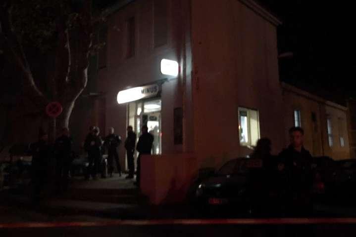 Одного із постраждалих госпіталізовано з серйозними пораненнями — У французькому Марселі невідомий поранив у барі шістьох людей
