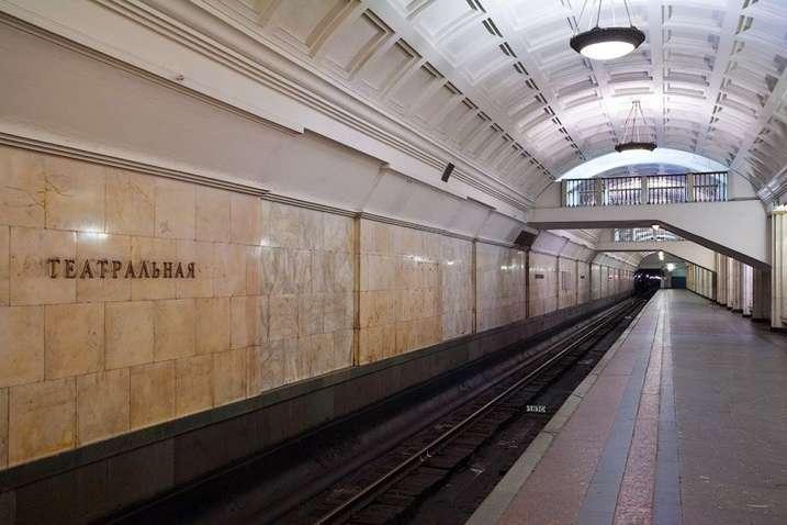 Всіх пасажирів, які перебували на станціях «Хрещатик» і «Театральна», евакуювали — Збій у роботі київського метро. Центральні станції знову заміновані
