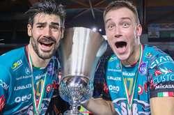 Фото: — Перший эвротрофей Олега Плотницького (на фото справа)