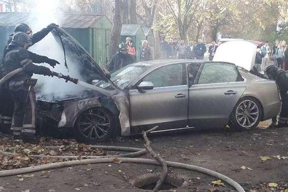 Автомобіль учасниці судового процесу став жертвою зловмисників — В Одесі підпалили автомобіль перед вікнами суду