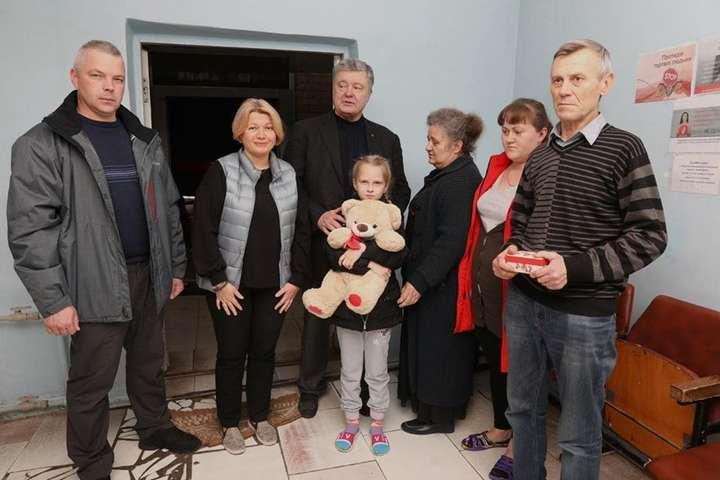 Родина Повних дивом залишилася жива: у червні Мар'їнку, де вони мешкали, обстрілювали бойовики — Порошенко подарував будинок родині, дім якої розбомбили російські терористи