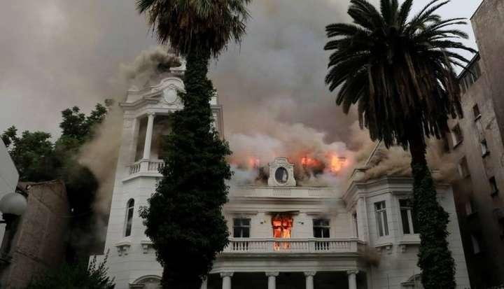 У Чилі протестуючі підпалили і пограбували університет Сантьяго