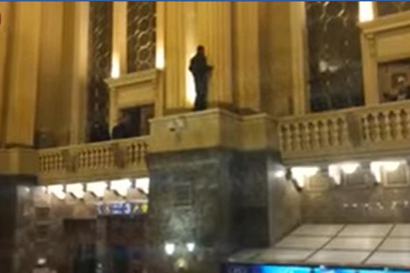 В Києві на Центральному вокзалі чоловік заліз на колону і погрожує зістрибнути