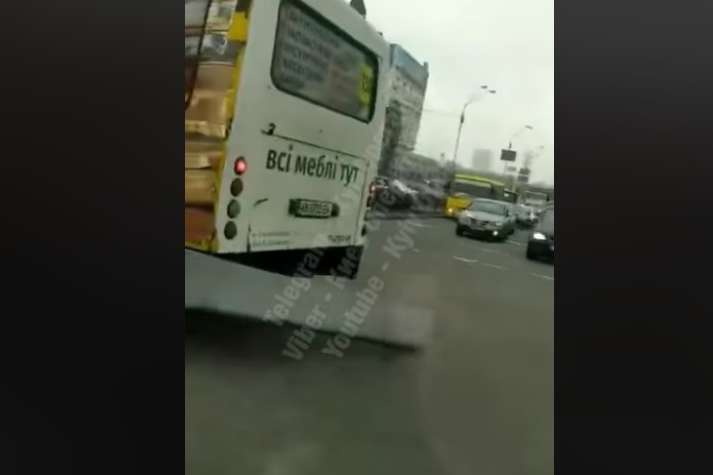 У маршрутки відвалюється бампер — Києвом їздять маршрутки, що розвалюються на ходу (відео)