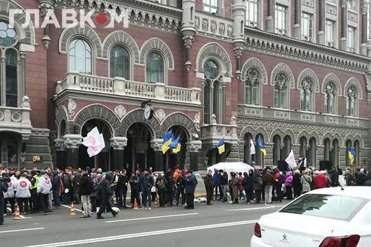 Акція протесту під Національним банком — Поліція знесла намет учасників акції протесту біля Нацбанку (відео)