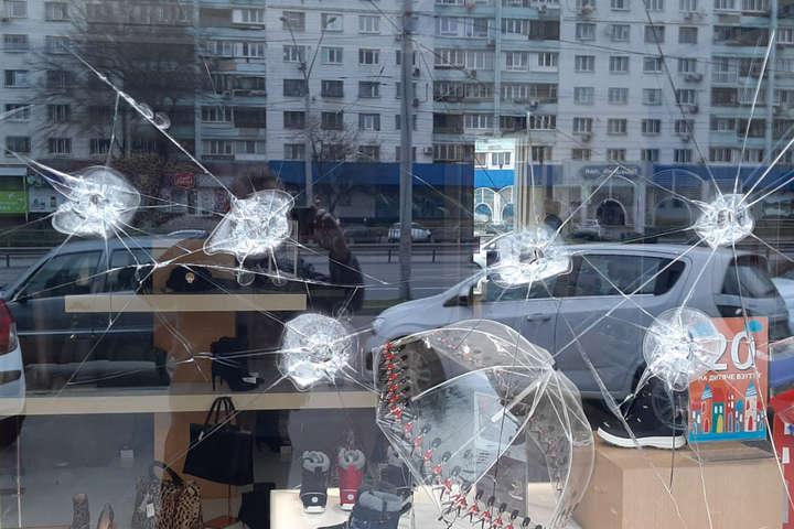 Хулігани розбили скло вітрини магазину - Пошкодження вітрини магазину в Києві: поліція розшукує чотирьох зловмисників