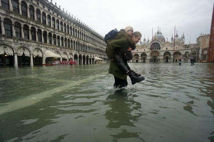 Рівень води у Венеції досяг рекордної позначки у 1,87 м, що є рекордним показником з 1966 року — Масштабна повінь у Венеції: мер міста назвав причину стихійного лиха