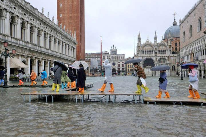 <span>На площі Святого Марка рівень води досяг майже 185 см, затоплені музеї, ресторани та бібліотека</span> — Найбільша катастрофа за останні півстоліття: затоплено понад 80% острівної частини Венеції (фото, відео)