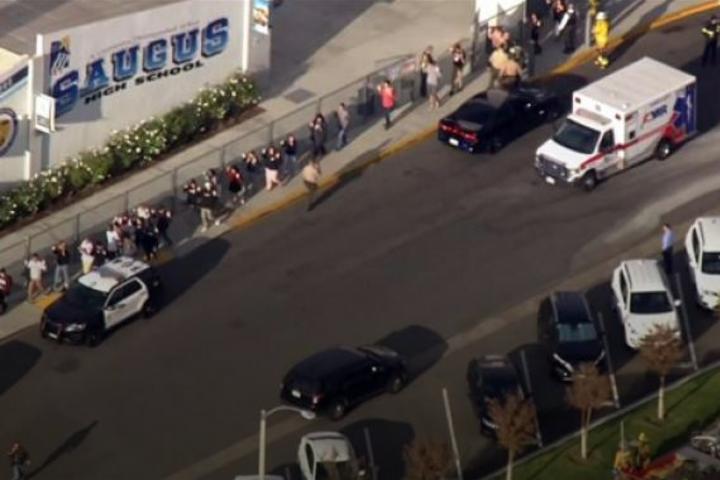 На даний момент правоохоронні органи ведуть пошуки нападника — У Каліфорнії сталася стрілянина в школі, є постраждалі
