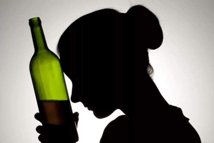 Как распознать женский алкоголизм и что делать - Главком