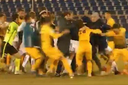 За підсумками бійки в нокаут потрапило двоє футболістів - Матч чемпіонату РФ з футболу закінчився масовою бійкою між росіянами і дагестанцями (відео)