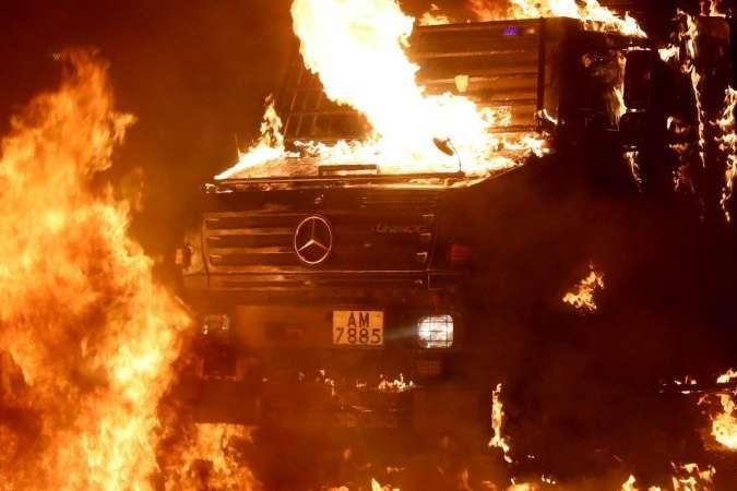 Коли вантажівка загорілася, її водій здав назад — Протестувальники у Гонконзі спалили поліцейську вантажівку (відео)