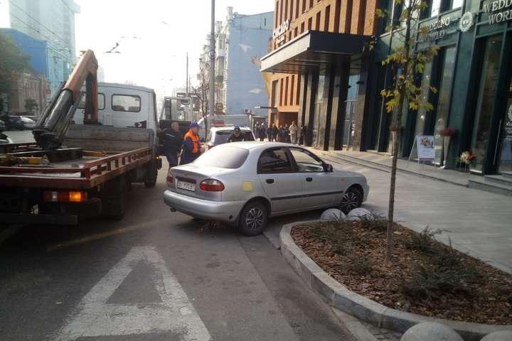 Автомобілі порушників правил паркування забирають на штрафмайданчики — За місяць у Києві автохами отримали штрафів на 4,4 млн грн