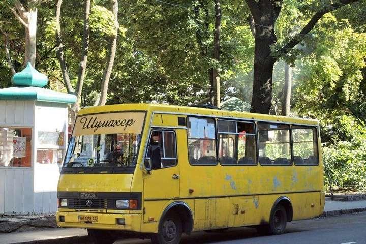 В Одесі пасажирка на швидкості випала з маршрутки