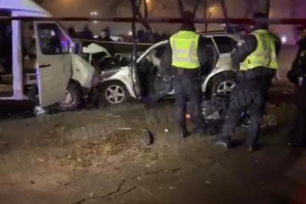У Києві зіткнулися мікроавтобус і позашляховик: є загиблі і поранені