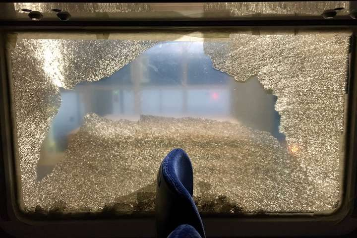 У вагонахрозбито 6 бокових склопакетів - Під Києвом невідомі закидали каміння швидкісний потяг (фото)