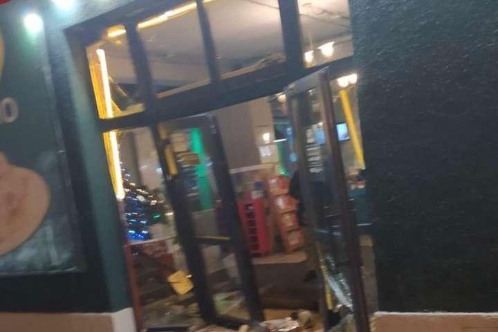 Двері піцерії розбиті — Невідомі влаштували погром у піцерії на столичних Позняках (фото)
