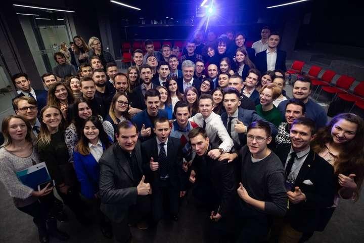 <span>Лідер партії «Європейська Солідарність», п'ятий президент України Петро Порошенко поспілкувався з учасниками молодіжного форуму ВГО «Солідарна молодь»</span> — Порошенко на форумі «Солідарної молоді»: Будьте сміливими, за нами правда!