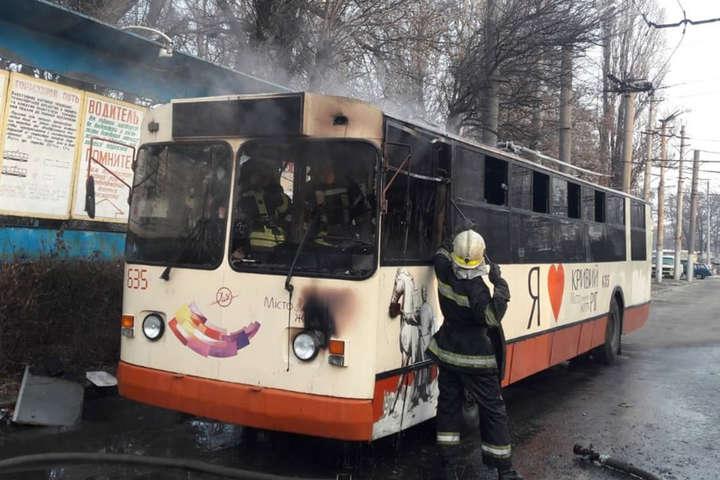 Пожежа виникла у моторному відсіку тролейбусу - У Кривому Розі вщент вигорів тролейбус