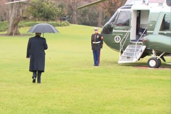 <p>СМИ набросились на президента за то, что он пошел к вертолету без Мелании</p> <div></div> <p> — Очередной конфуз: Трамп «забыл» супругу по дороге к вертолету (видео)»></p></div> <div class=
