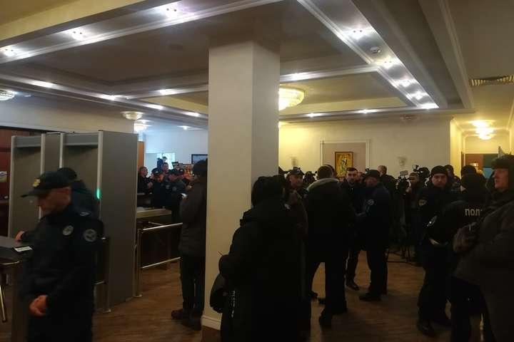 У Шевченківському районному суді багато журналістів і правоохоронців - Суд у закритому режимі обирає запобіжний захід підозрюваним у вбивстві дитини депутата