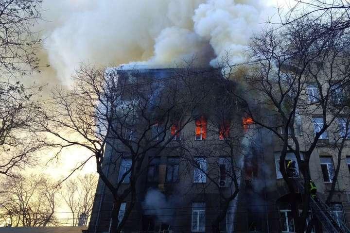 В Одесі горить коледж, евакуювали викладачів і студентів - Масштабна пожежа в Одесі: 12 людей госпіталізовано, загинула викладачка коледжу