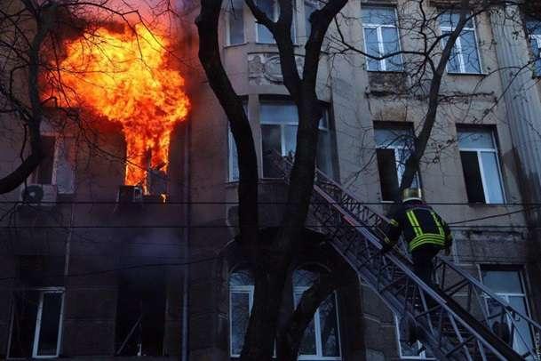 <span>В Одесі горить будівля з людьми</span> — У центрі Одеси масштабна пожежа: люди стрибали з п'ятого поверху «></div> <p><span>В Одесі горить будівля з людьми</span></p> <p>Фото: dumskaya.net</p> </p></div> <p>В Одесі горить будинок-пам'ятник архітектури на розі Пушкінської і Троїцької. Про це в середу, 4 грудня, повідомляє<a href=