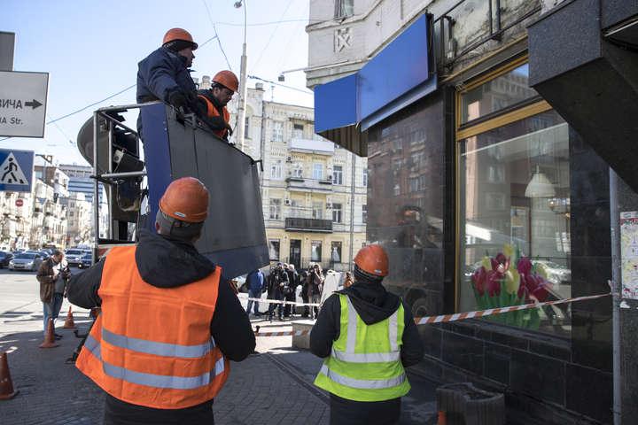 Комунальники демонтують незаконну рекламу - Київ наводить лад у рекламі: за місяць демонтовано майже 1,5 тис. засобів