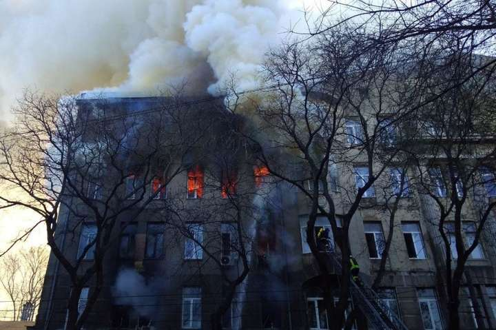 Надзвичайники ліквідували пожежу в одеському коледжі