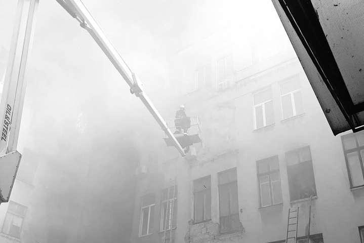 Внаслідок пожежі вбудівлі Одеського коледжу загинула одна особа тапостраждало 26 осіб, зних 11 підлітків тасемеро співробітників ДСНС - Пожежа в Одесі: кількість потерпілих зросла до 26, сімох осіб досі не знайшли