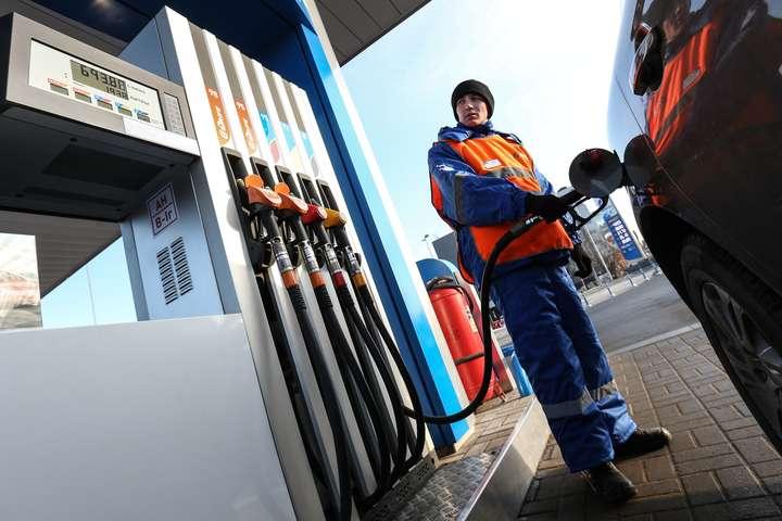 <span></noscript>Протягом останніх тижнів відбулося зниження цін на дизель і бензин у гуртовому сегменті, проте роздрібнені ціни не змінилися</span> — Герус побачив «всі підстави» для зниження цін на пальне в Україні»></div> <p><span>Протягом останніх тижнів відбулося зниження цін на дизель і бензин у гуртовому сегменті, проте роздрібнені ціни не змінилися</span></p> </p></div> <p>Глава енергетичного комітету Верховної Ради і нардеп від «Слуги народу» Андрій Герус прогнозує, що бензин і дизель в Україні мають знизитися в ціні найближчим часом.</p> <p>Про цевін повідомив на своїй сторінці у Facebook.</p> <p>«Аналіз націнки (маржі), яка добряче виросла за останні декілька тижнів, показує, що на сьогодні є всі підстави для зниження цін на АЗС», — написав Герус.</p> <p>Також він зазначив, що протягом останніх тижнів відбулося зниження цін на дизель і бензин у гуртовому сегменті, проте роздрібнені ціни не змінилися.</p> <p>«Зараз є всі підстави, щоб 7 млн украінських автомобілістів виграли від конкуренції та ринкових трендів — купували нафтопродукти по нижчих цінах», — резюмував Герус.</p> <div class=