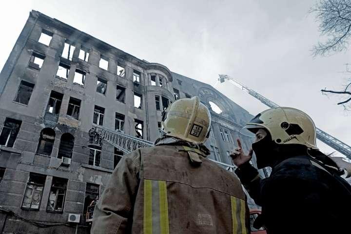 <p>Тривають роботи з ліквідації пожежі в будівлі коледжу економіки та права&nbsp;</p> - Від будівлі Одеського коледжу залишились тільки стіни: рятувальники розбирають завали (фото, відео)