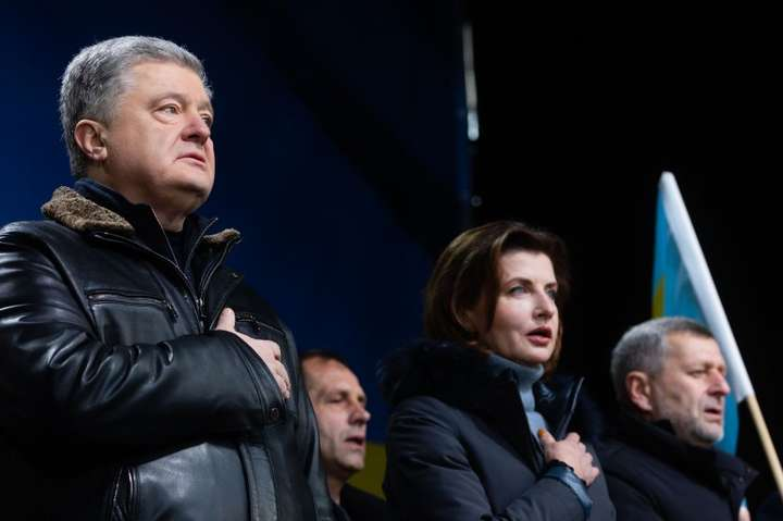 Десятки тисяч людей по всій країні, світове українство, всі патріотичні сили об'єдналися проти капітуляції, – Порошенко