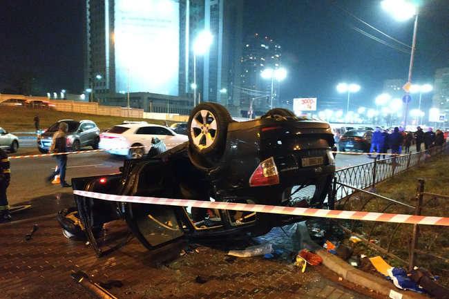 В Киеве с моста на тротуар упал автомобиль (видео)