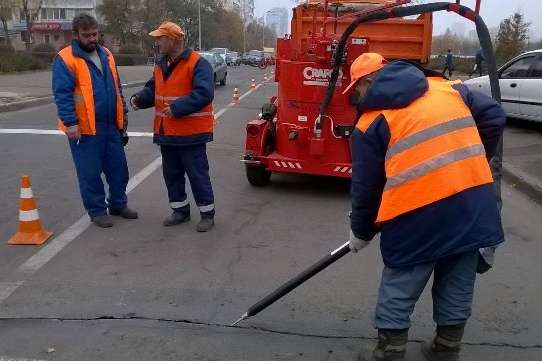 Дорожники розповіли, як за американською технологією «лікують» вулиці Києва