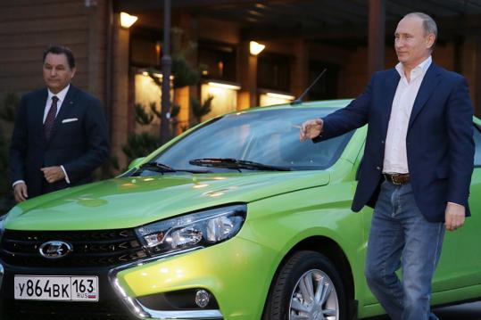 <p>Президент країни-агресора Володимир Путін біля автомобіля Lada Vesta</p> - Війна чи бізнес? В Україні почали збирати російські автомобілі